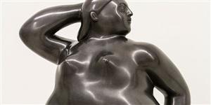 mujer sentada en su cubo [detail] by fernando botero